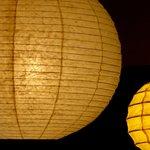 Detalhe de luminária oriental na sala de convivência