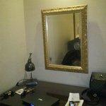 Το γραφείο και ο καθρέφτης. Καλής ποιότητας έδειχναν