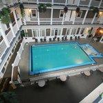 Hotel Innenansicht auf Pool von den Zimmergängen