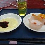 朝食バイキングのデザートです。 クリームっぽいのがマンゴーヨーグルト、ドリンクは蜂蜜酢です。