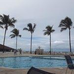 Ao redor da piscina do hotel