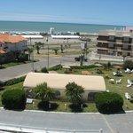 Vista desde la habitacion de la pileta, el parque, la playa y el mar