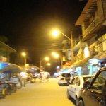 Centro de Montañita de noche,se encuentra como a 5 cuadras del Hostal, así evitas el ruido noctu