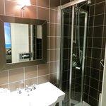 salle de bain bien équipée