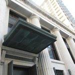 重厚な建築の博物館入口