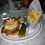 Burger au bacon cheesecake et frites