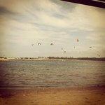 Lagoa da praia da Barra do Cauípe. A lagoa possui água doce, é muito perto da praia.