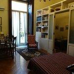 居室、本棚の奥がシングルベッド