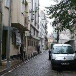 Calle del hotel vista desde la calle de los restaurantes