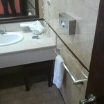 tissu box, bathroom, mirror