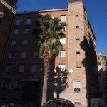 zicht op het hotel vanaf het plein voor de kathedraal