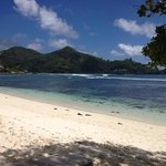 пляж перед отелем , утром купаться можно, но начиная с 11:00 и до 16:00 воды становится по колен