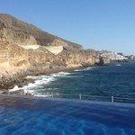 Vy från poolen mot Anfi