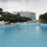 Blick von Ende des Pools zum Hotel