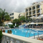 вид на отель и бассейн