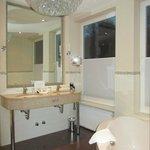 Schöner Waschtisch und Eckbadewanne Zimmer 230