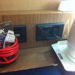 questa è l'unica presa della corrente disponibile in tutta la camera, se quindi avete 1 tel ed u