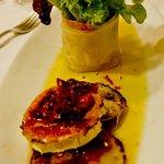 Ensalada de rulo de cabra a la plancha, con manzana, cebolla a la frambuesa y vinagreta de tomat