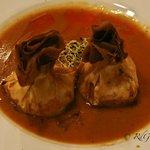 Saquitos crujientes de marisco con salsa de langostinos y aceite de su coral