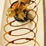 Goxua en rejilla de chocolate con helado de caramelo