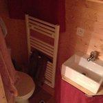 veel te kleine badkamer met wc