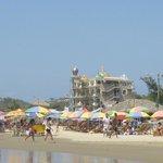 Vista de la Playa detras del Hotel