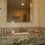 muy limpio y elegante el baño
