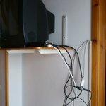 tv con groviglio di fili