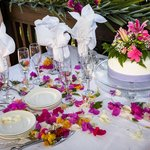 The table set set with the cake on the wedding day