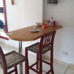 Pequena mesa para refeições com bancos altos.