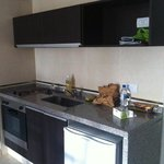 Cozinha completa com forno e fogão de 2 bocas elétricos.