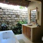 Bungalow room Garden view - bathroom