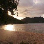 coucher de soleil vu de la plage de l'hôtel