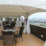 7階のイタリアンとメンバラウンジにある璃江を望むテラス席