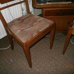 brudne, wysiedziane krzesła