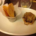 Hamburguesa con cebolla caramelizada y patatas