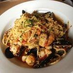 Artisan spaghetti w/gulf shrimp, scallops, clams, mussels & white wine sauce