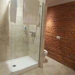 Grande douche dans une suite