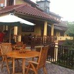 suasana coffee shop di lantai 2 Padi City Resort