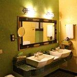 Emeraud Suite Bathroom