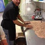 Javier está selecionando Los frijoles para cocinar