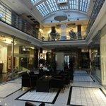 Galerie commerciale accueillant l'hotel