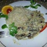 Piatto unico di riso in bianco e pezzetti di carne con salsa ai funghi e funghi...buonissimo!!!