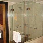 particolae del bagno con doccia e vasca