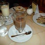 Cioccolata calda (bianca e classica) con biscotto e torta