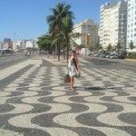 Minha mulher no calçadão de Copacabana.