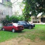amplio estacionamiento del hotel