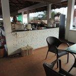 le restaurant avec la cuisine au milieu