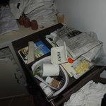 le chariot à 2 mètres de ma chambre - stocké là pour la nuit avec les draps sales sur le sol