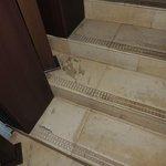 tout est crasseux : escalier, salle de bains, chambre - pas nettoyé
